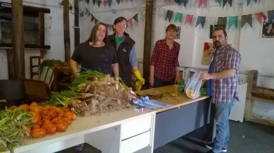 Sábado a la mañana. Parte del equipo de trabajo, preparando la venta comunitaria - Centro Cultural Un Grito de Corazón