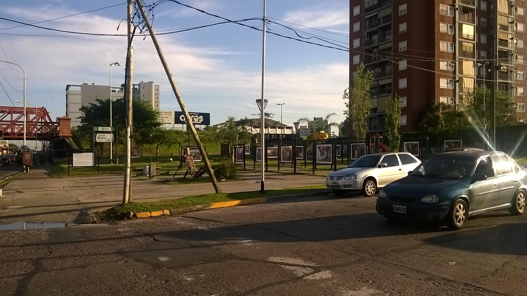 vista desde Av. Belgrano. vereda de enfrente 2 - Galería de fotos a cielo abierto en Plaza Ucrania