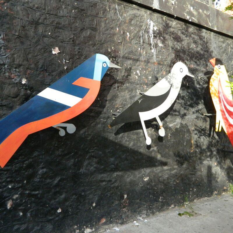 Mural de Pájaros - Esculturas de pájaros debajo del Puente Crucesita