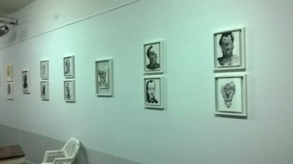 vista salón usos múltiples. exhibición dibujos artista joven - Centro Cultural Patas Arriba